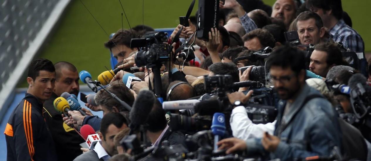 Cristiano Ronaldo enfrenta um batalhão de repórteres e câmeras após o treino do Real Foto: Sergio Perez / Reuters