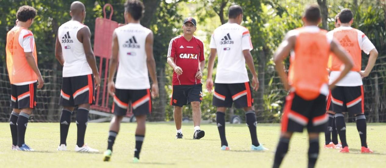 Ney Franco comanda o treino do Flamengo no Ninho do Urubu Foto: Alexandre Cassiano / Agência O Globo