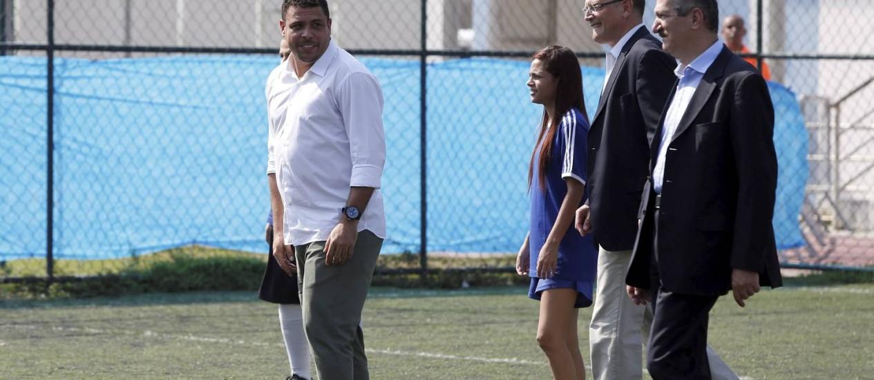 Ronaldo aplicou caneta no ministro dos Esportes, Aldo Rebelo, e no secretário-geral da Fifa, Jérôme Valcke Foto: Pablo Jacob / Agência O Globo