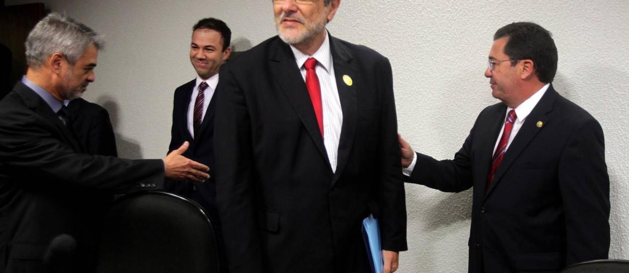 O ex-presidente da Petrobras, Sérgio Gabrielli, chega para depor na CPI da Petrobras, no Senado Foto: Ailton de Freitas / O Globo