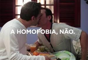No comercial, homem leva café da manhã para companheiro na cama; o agradecimento vem com um beijo Foto: Reprodução da internet