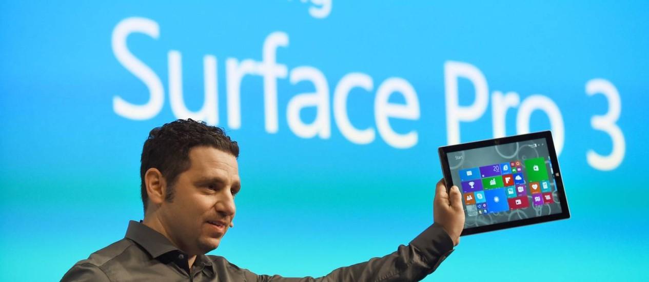 O vice-presidente da divisão do Surface da Microsoft, Panos Panay, apresenta a nova versão do tablet da empresa, o Surface Pro 3 Foto: STAN HONDA / AFP