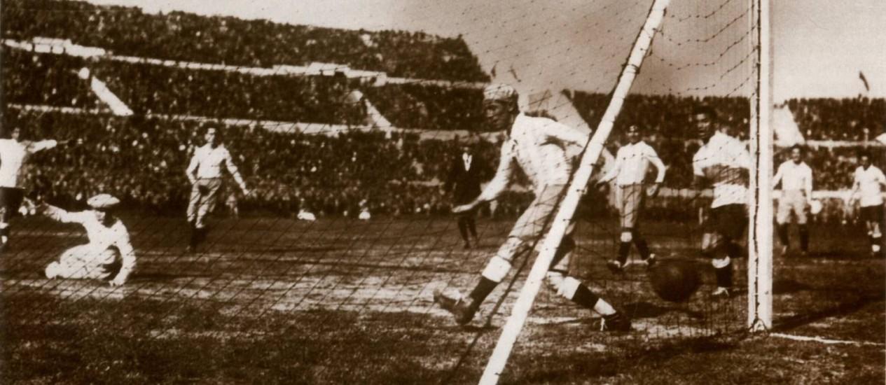 Castro marca o quarto gol uruguaio na primeira decisão da história Foto: Reprodução