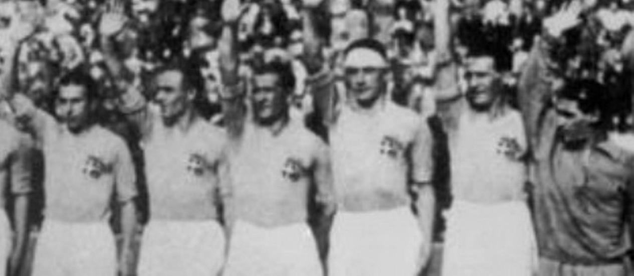 Campeã de 1934, seleção italiana faz a saudação fascista exigida pelo ditador Benito Mussolini Foto: Reprodução