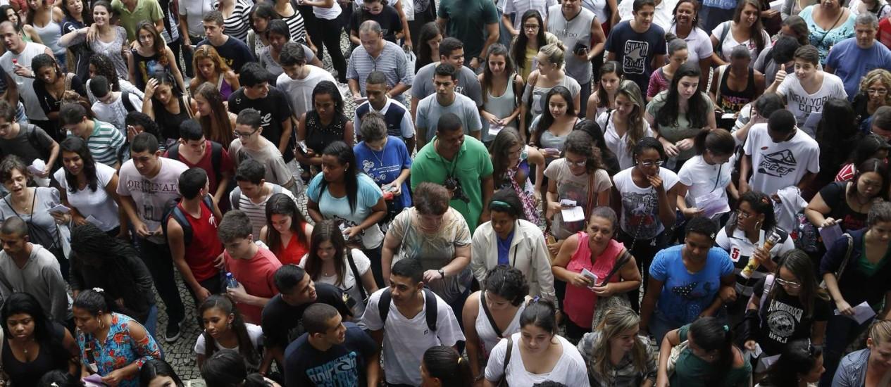 Expectativa para este ano é por número recorde de inscritos; na imagem, alunos esperam abertura dos portões, na UERJ, em 2013 Foto: / Ana Branco