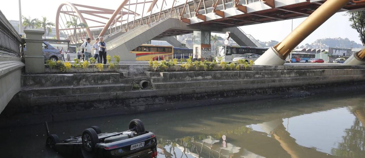 Carro cai no canal da Avenida Presidente Vargas, no Centro Foto: Pablo Jacob / Agência O Globo