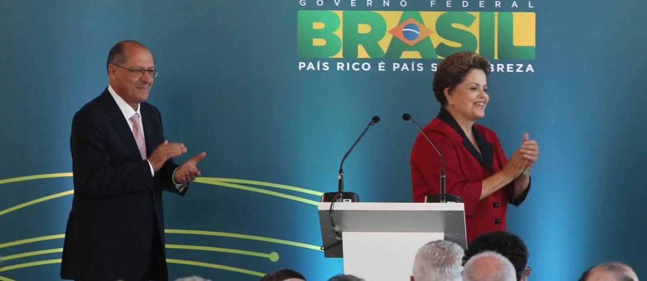 Dilma inaugura novo terminal de passageiros no aeroporto internacional de Guarulhos ao lado do governador Geraldo Alckmin Foto: Marcos Alves/ O Globo