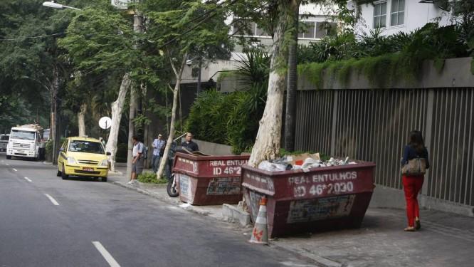 Passagem. As duas caçambas colocadas na calçada da Rua Lopes Quintas, próximo ao número 303: a Comlurb garante que elas não atrapalham o fluxo de pedestres Foto: Eduardo Naddar