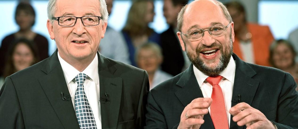 Jean-Claude Juncker e Martin Schulz. Direita ampliou liderança nas pesquisas, mas candidato dos socialistas tem mais chances de presidir a Comissão Europeia, diz pesquisa Foto: FABIAN BIMMER / REUTERS