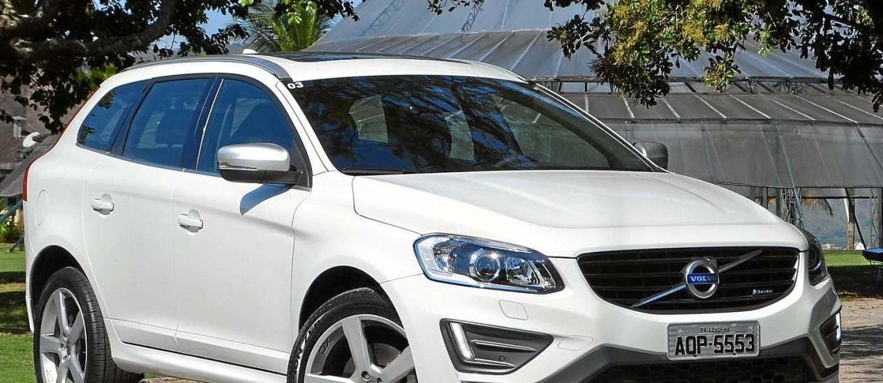 """A versão T5 R-Design usa aros de 20"""". No ano passado, o XC60 levou um retoque estético na dianteira e na traseira. Agora chega a vez do motor Foto: Fernando Miragaya"""
