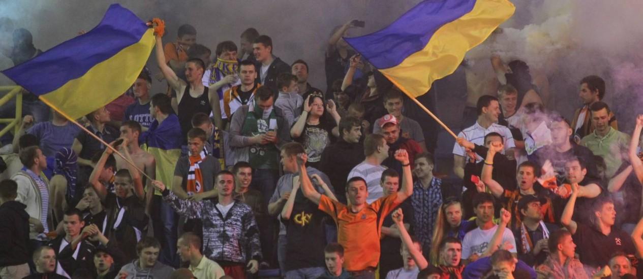 Torcedores do Shakhtar hasteiam bandeiras ucranianas durante jogo contra Dinamo, em Kiev Foto: AP-15-5-2014