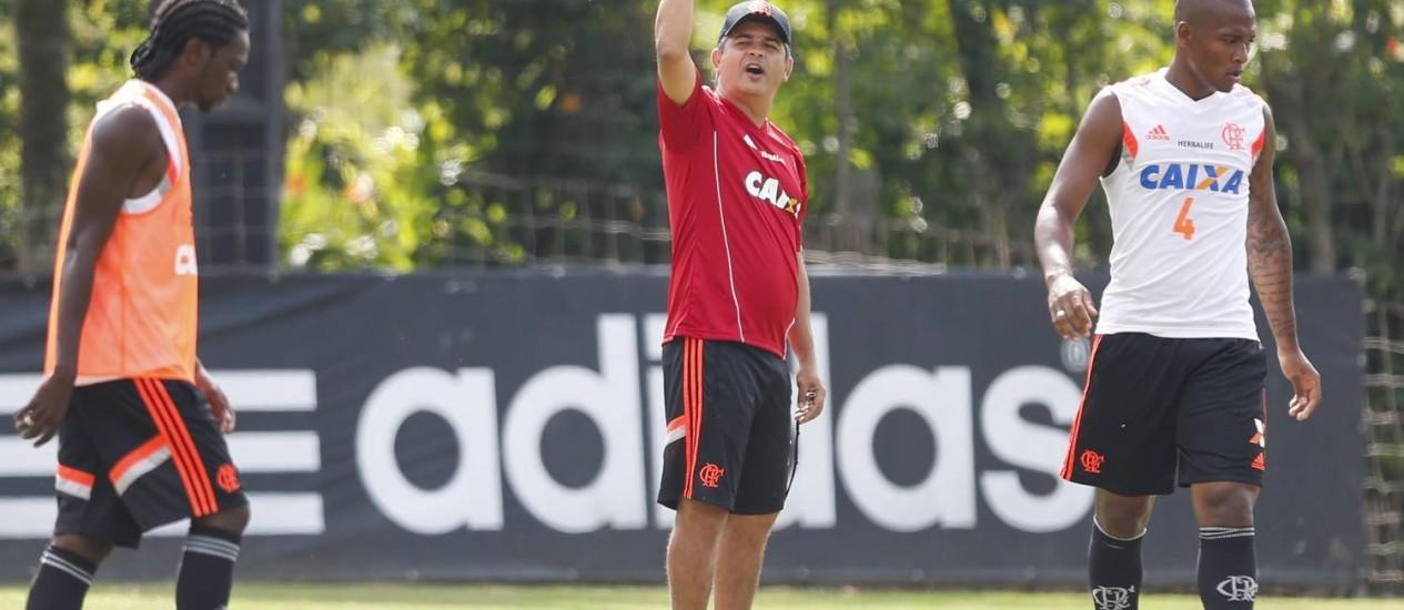 Entre Negueba e Samir, Ney Franco gesticula em treino do Flamengo Foto: Alexandre Cassiano / Agência O Globo