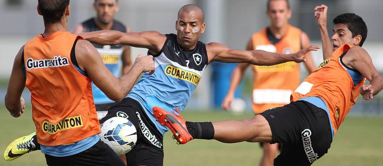 Emerson tenta o chute durante treino do Botafogo Foto: Divulgação / Botafogo