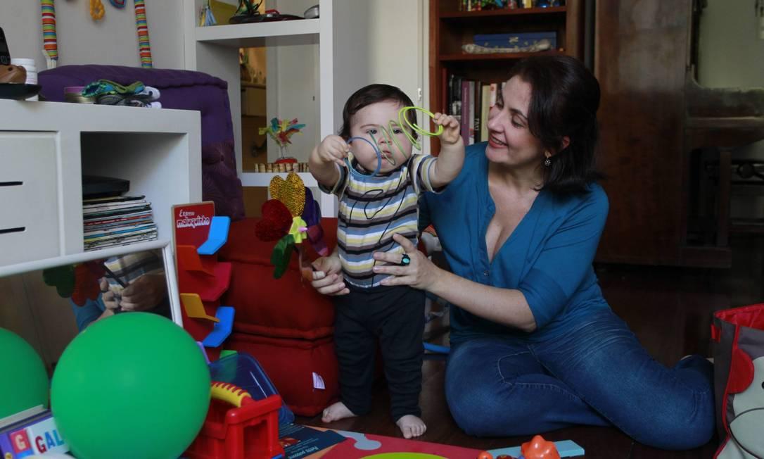 A atriz Graciela Pozzobon e o filho Nicolau: aumento das despesas domésticas Foto: Domingos Peixoto / O GLOBO