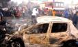 Bombeiros e equipes de resgate tentam conter incêndio após explosão de bomba no mercado Terminus na cidade de Jos
