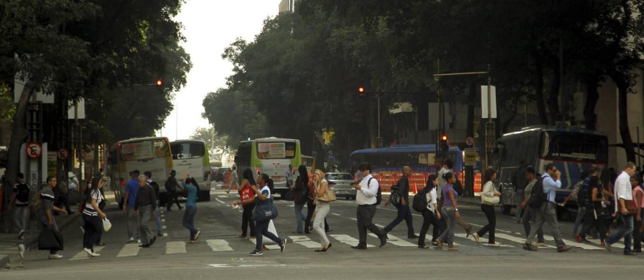 A movimentação na Avenida Rio Branco segue normal nesta quarta-feira Foto: Gabriel de Paiva / Agência O Globo