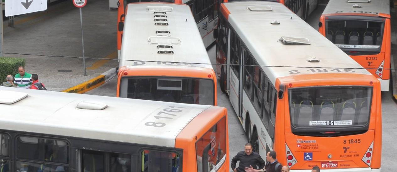 Motoristas e cobradores no terminal Lapa, em São Paulo, durante a greve Foto: Marcos Alves / O Globo