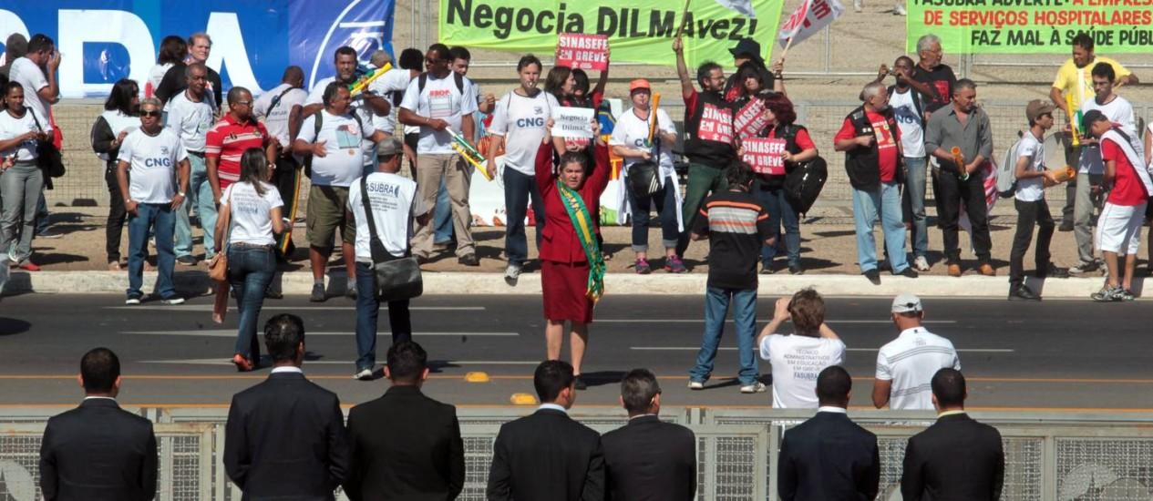 Técnicos administrativos da UnB durante manifestação em frente ao Planalto Foto: Givaldo Barbosa / Agência O Globo