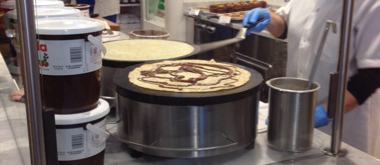Cozinheira prepara o crepe de Nutella no Eataly de Chicago Foto: Carla Lencastre / O Globo