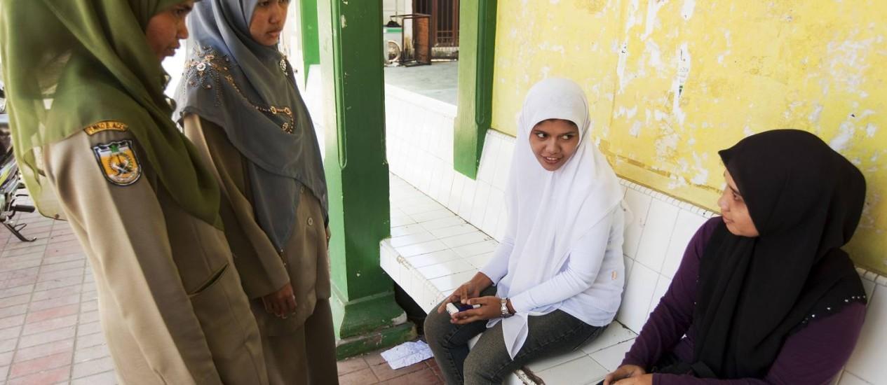 Membros da polícia sharia repreendem mulheres em Banda Aceh, na Indonésia, por vestir roupas muito justas, em outubro de 2009 Foto: ED WRAY / NYT