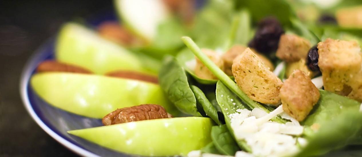 Alimentação saudável com consumo de folhas e castanhas Foto: Stock Photo