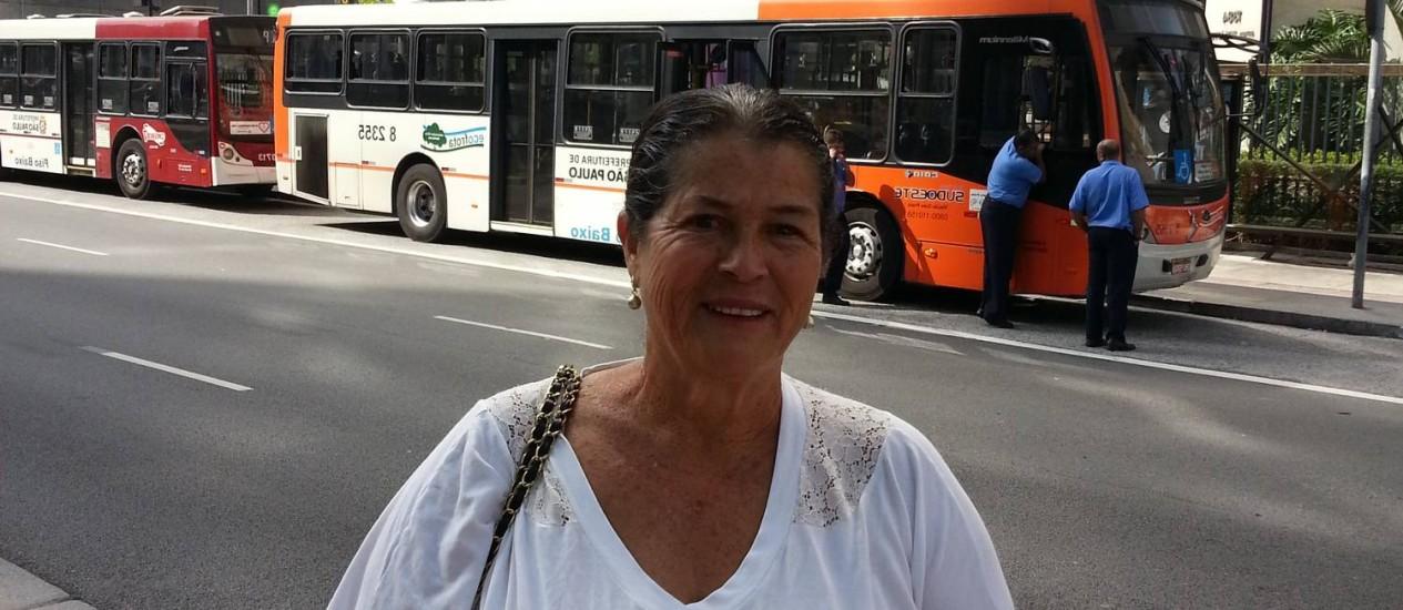 A dona de casa Vanilda ficou a pé ao voltar do médico Foto: Tiago Dantas / Agência O Globo