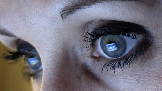 Usuária do Facebook: rede disputa com Twitter foco no entretenimento via outras mídias Foto: / Foto Reuters