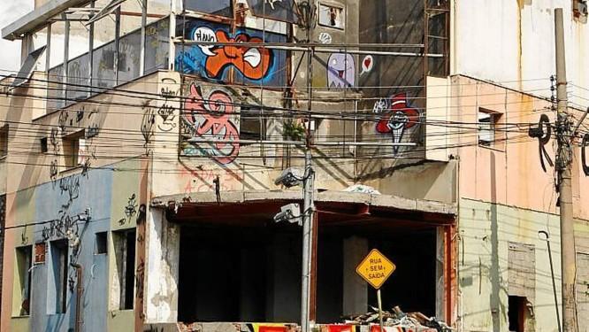 Abandono. O imóvel deteriorado na Rua Hermengarda, no Méier Foto: Guilherme leporace / Guilherme Leporace