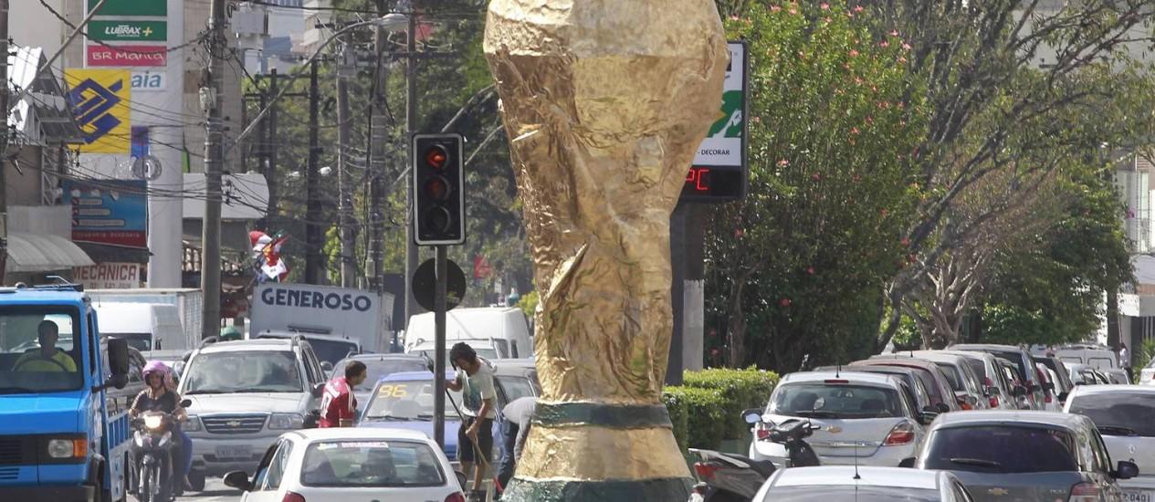A réplica da taça foi confeccionada em fibra de vidro e pesava 300 quilos Foto: Márcio Alves / Agência O Globo