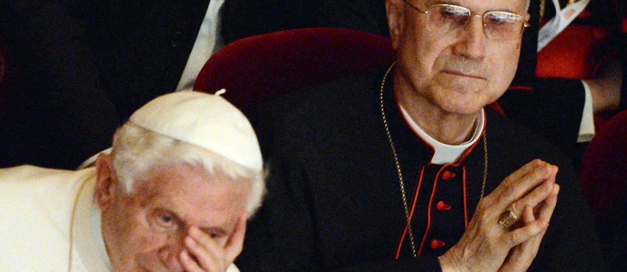 O cardeal Tarcisio Bertone (à direita) foi secretário de Estado no pontificado do Papa Bento XVI Foto: DANIEL DAL ZENNARO / AFP