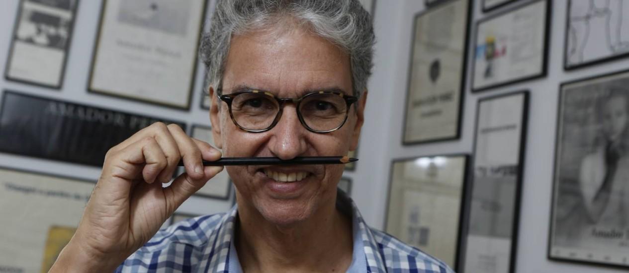 Amador Perez em seu ateliê, no Flamengo: um dos mais importantes nomes da arte contemporânea carioca Foto: Felipe Hanower / Agência O Globo