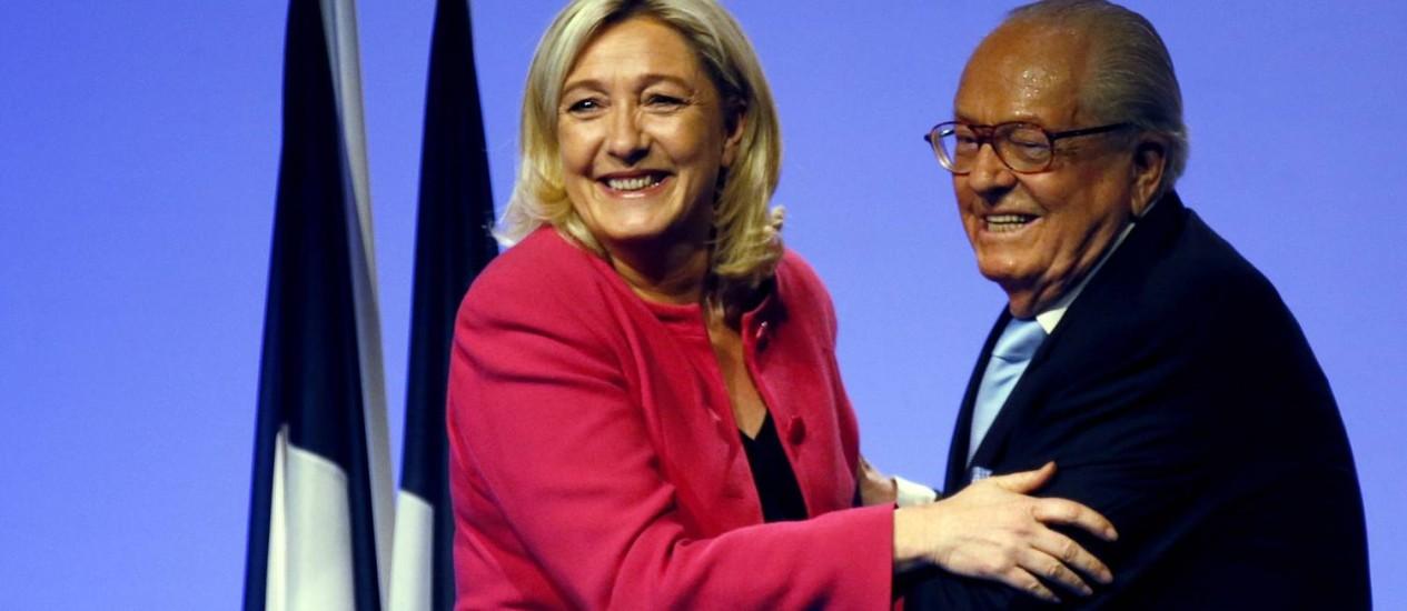 Jean-Marie Le Pen, ao lado da filha, Marine. Líder da Frente Nacional afirmou que epidemia do vírus Ebola poderia resolver explosão populacional do planeta e ondas de imigração para a Europa Foto: JEAN-PAUL PELISSIER / REUTERS