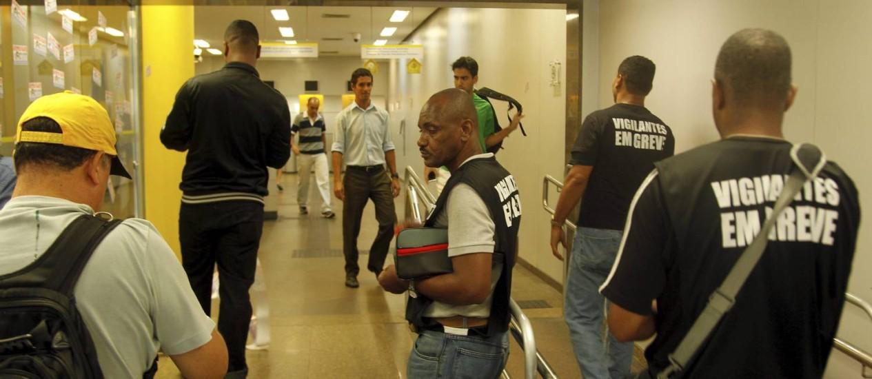 Vigilantes em greve: segundo sindicato que coordena greve, cerca de 60% da categoria está parada Foto: Gabriel de Paiva / Agência O Globo