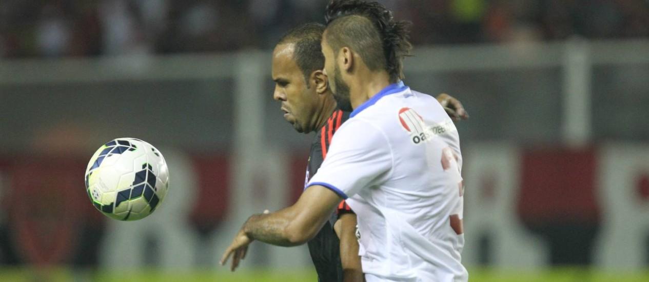 Alecsandro domina a bola, marcado por Demerson. Atacante sofreu pênalti não marcado no primeiro tempo Foto: Divulgação / Flamengo