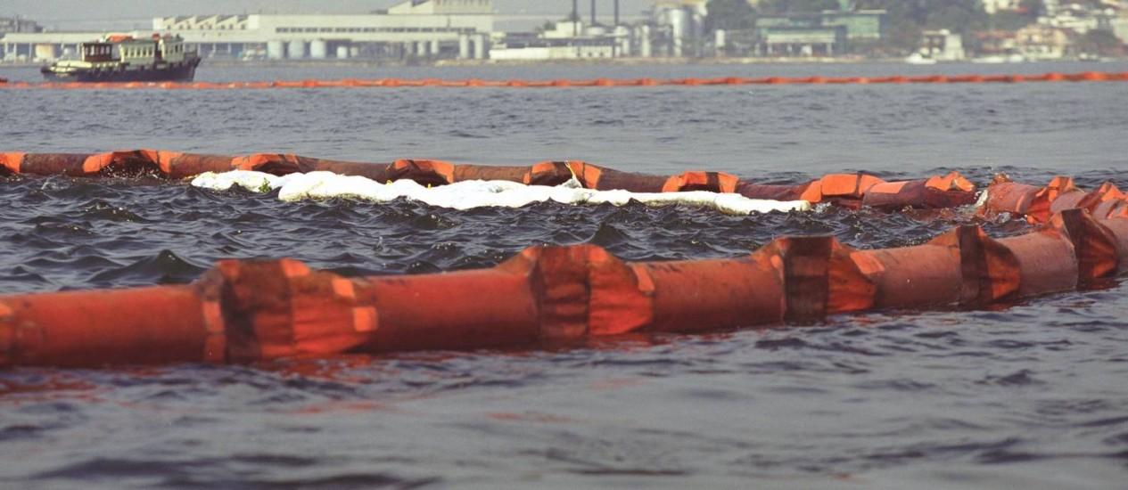 Na época, vazamento de óleo na Baía de Guanabara precisou de um grande aparato para ser minimizado Foto: Custódio Coimbra / O Globo