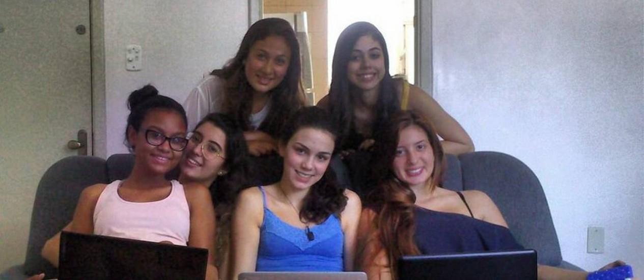 Larrisa (atrás, à direita) e as participantes do For You Foto: / Foto: Arquivo pessoal