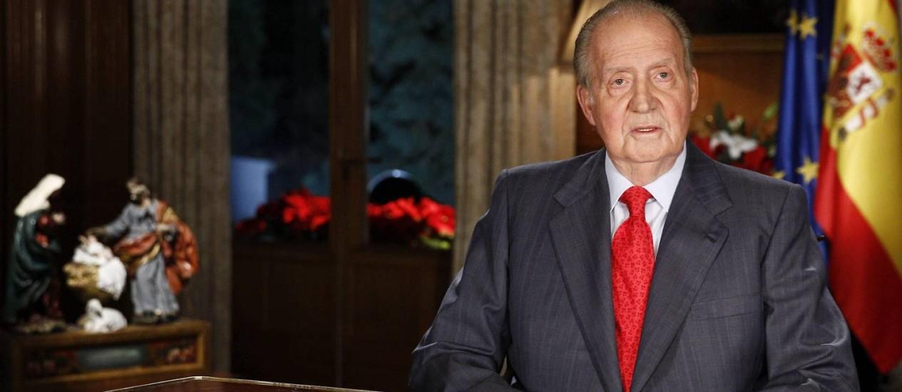 Rei Juan Carlos I no Palácio de Zarzuela. Monarquia espanhola seguiu o exemplo da Família Real britânica e aderiu ao Twitter Foto: BALLESTEROS / AFP