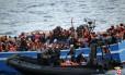 Migrantes são abordados na costa da Sicília, na Itália, em maio passado