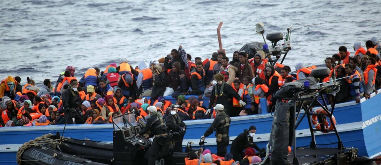 Migrantes são abordados na costa da Sicília, na Itália, em maio passado Foto: AFP-21-5-2014