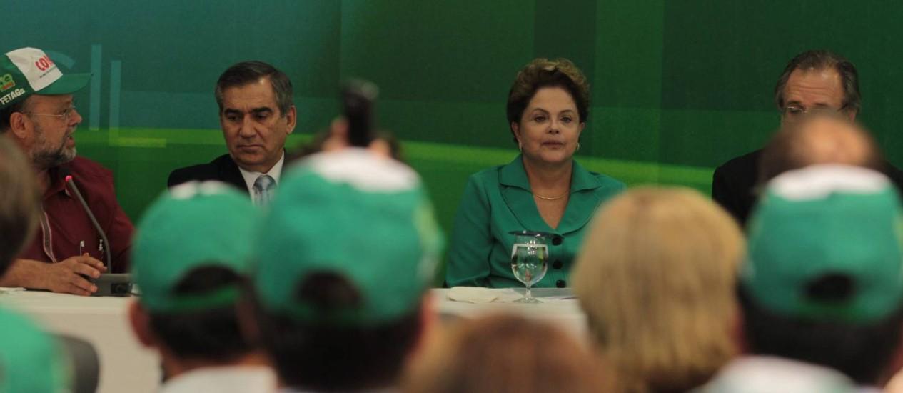 A presidenta da República, Dilma Rousseff durante reunião com representantes da Confederação Nacional dos Trabalhadores na Agricultura Foto: Givaldo Barbosa - Agência O Globo