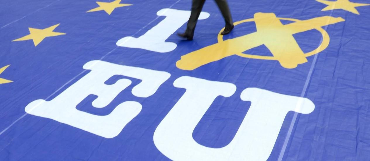 Convocação. Cartaz em Wiesbaden, na Alemanha, chama eleitores às urnas Foto: Arne Dedert/AP