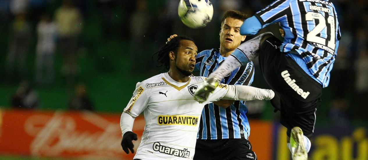 O estreante Carlos Alberto, do Botafogo, disputa a bola com Breno, do Grêmio Foto: Divulgação / Grêmio