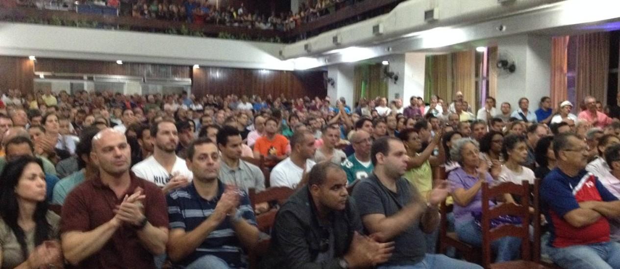 Assembleia dos policiais civis no Clube Municipal, na Tijuca: categoria decidiu prorrogar a greve por mais 24 horas. Foto: Vera Araújo / O Globo