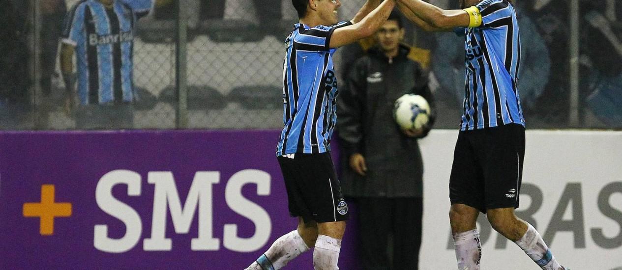 Rodriguinho e Barcos comemoram o gol de empate do Grêmio Foto: Divulgação / Grêmio