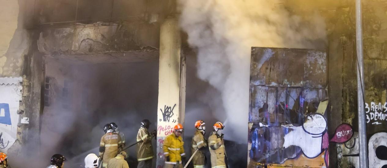 Bombeiros combatem incêndio em depósito de máquinas caça-níqueis apreendidas pela Polícia Civil Foto: Fernando Quevedo / Agência O Globo