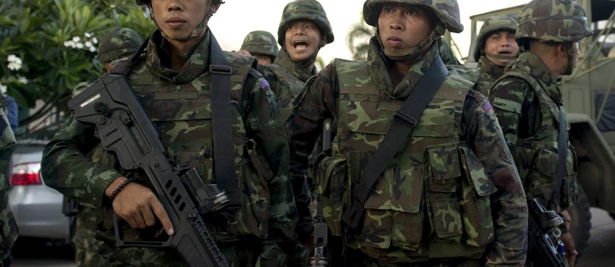 Soldados tailandeses ficam de guarda depois que o chefe do Exército, o general Prayut Chan-O-Cha se reuniu com líderes anti-governo e pró-governo no Clube do Exército, em Bangcoc Foto: PORNCHAI KITTIWONGSAKUL / AFP