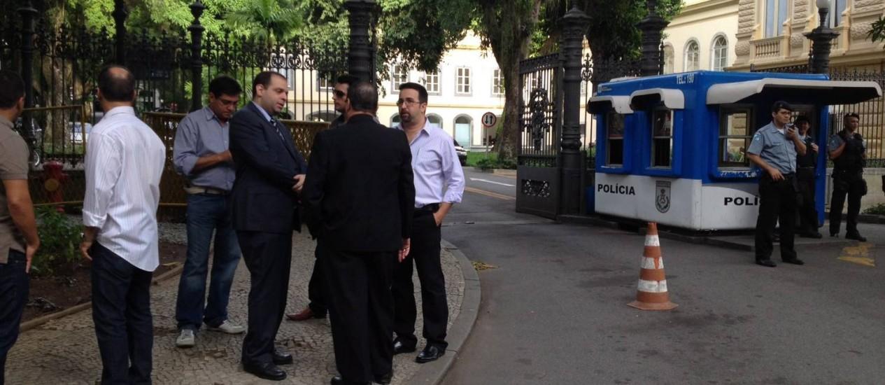 Policiais civis aguardam em frente ao Palácio Guanabara para encontro com o governador Foto: Marcia Foletto / Agência O Globo