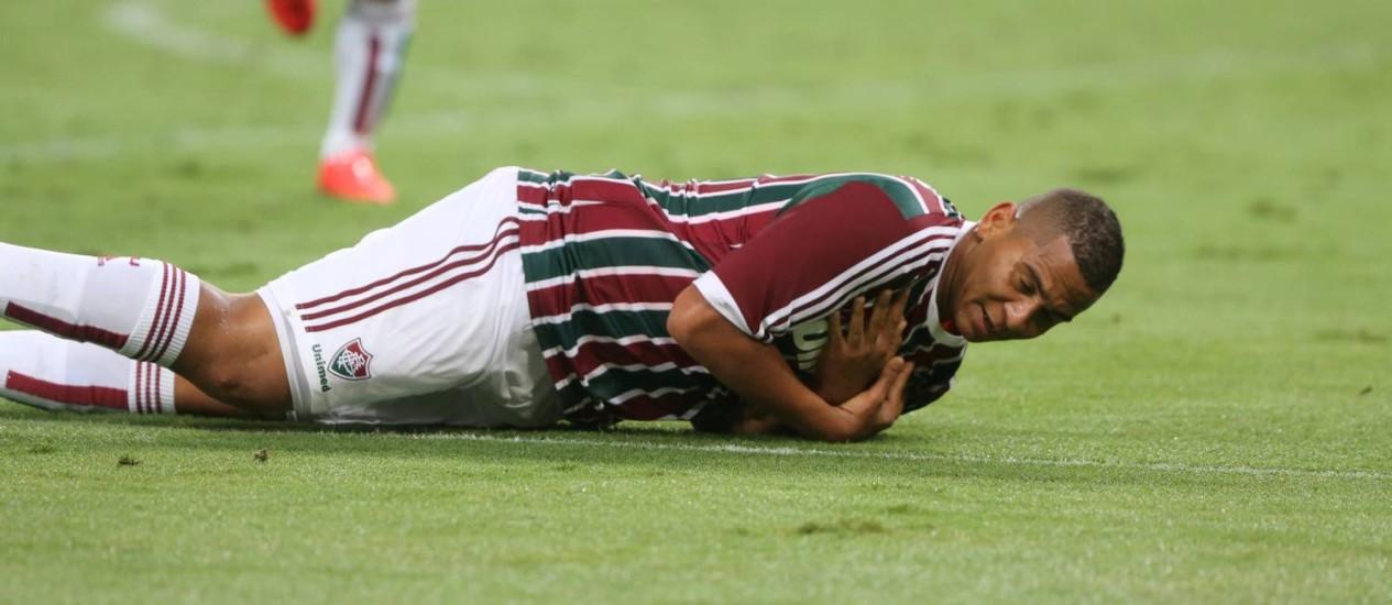 Walter deita e rola na comemoração de um dos seus dois gols pelo Fluminense na goleada de 5 a 2 sobre o São Paulo no Maracanã Foto: Guilherme Pinto / Agência O Globo