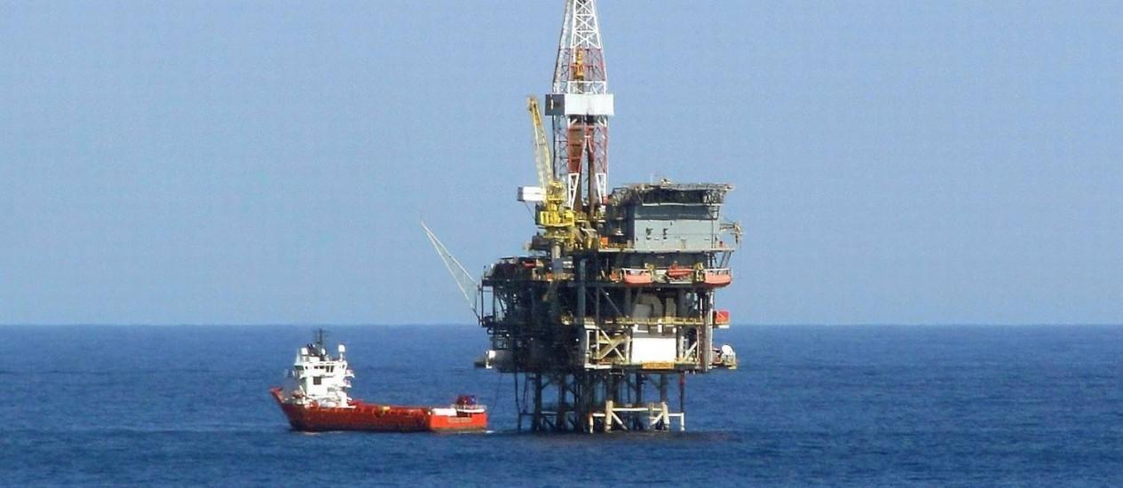 Plataforma de petróleo do complexo de Peregrino da Statoil , na Bacia de Campos: para a ANP, alta da queima de gás é temporária Foto: Ramona Ordonez / Agência O Globo