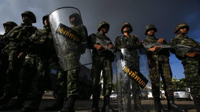 Soldados tailandeses montam guarda no centro de Bangcoc após o anúncio do golpe de Estado. Constituição é suspensa Foto: ATHIT PERAWONGMETHA / REUTERS